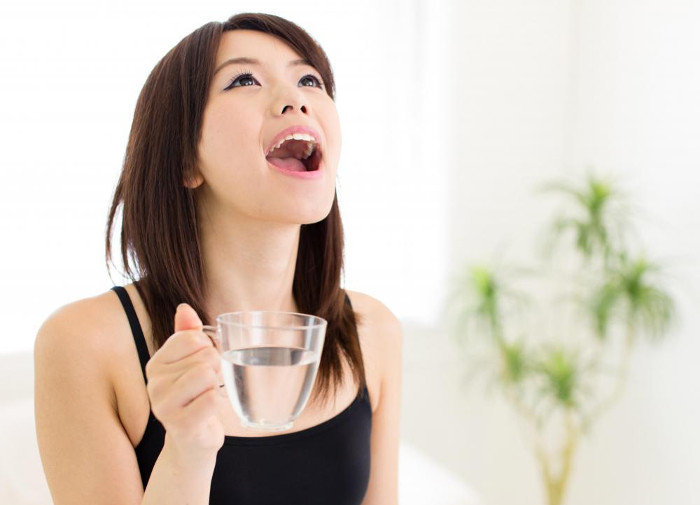 Súc miệng nước muối là cách đơn giản để giảm ê buốt