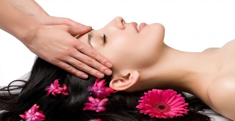 Gội đầu và massage nhẹ nhàng để tóc không bị xù rối, gãy rụng