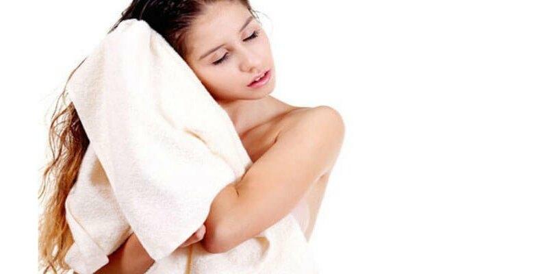 Không nên dùng khăn tắm chà xát mạnh khiến tóc dễ hư tổn
