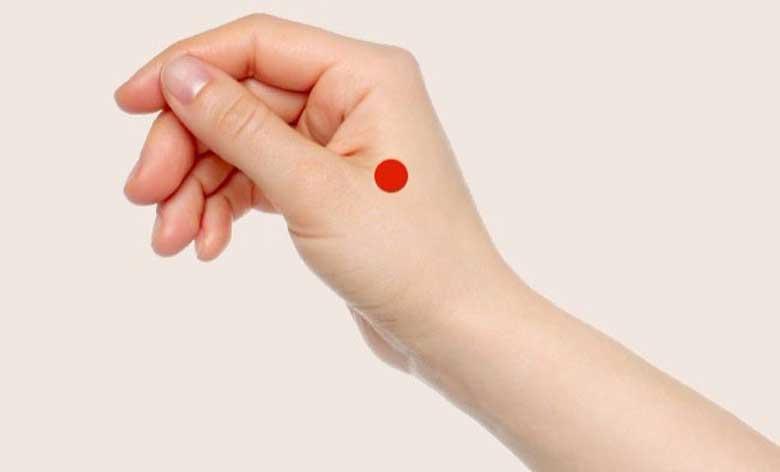 Huyệt Hợp Cốc nằm ở phần hõm giữa ngón cái và ngón trỏ
