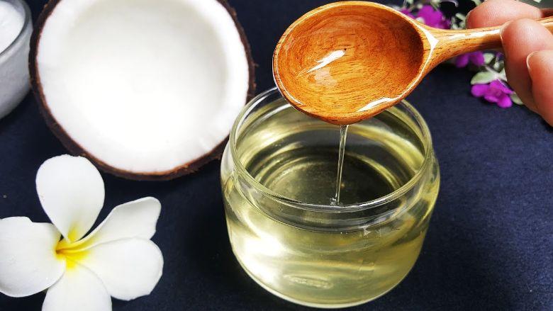 Dầu dừa cung cấp độ ẩm cho da đầu