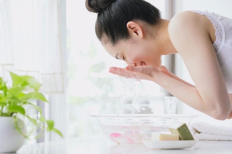 Rửa mặt sạch sau khi dùng sữa tươi