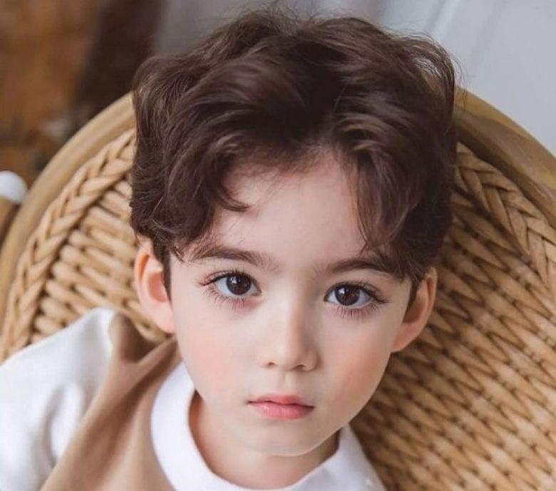 Kiểu tóc xoăn lãng tử chỉ phù hợp với những em bé có gương mặt bầu bĩnh