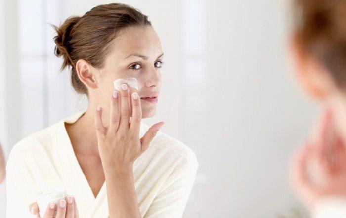 Sử dụng sản phẩm trị nám chuyên sâu, làm sáng vùng da tối màu
