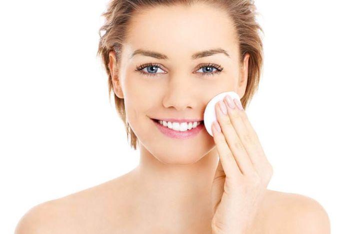 Sử dụng nước muối pha loãng là cách làm hết nhờn trên da mặt đơn giản và hiệu quả