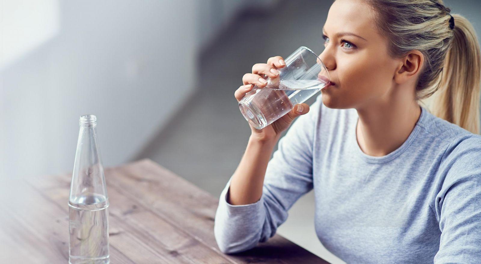 Uống nhiều nước giúp tăng cường trao đổi chất, thải độc qua gan