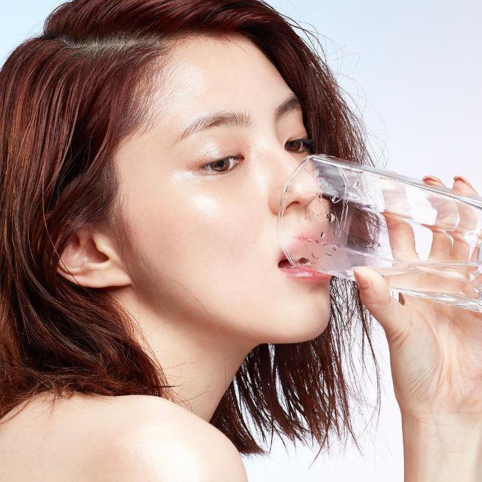 Uống nước đầy đủ giúp trị da khô và môi nứt nẻ