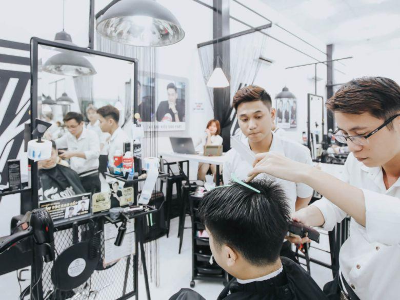 Salon Duy luôn tư vấn để giúp khách hàng lựa chọn kiểu tóc phù hợp nhất