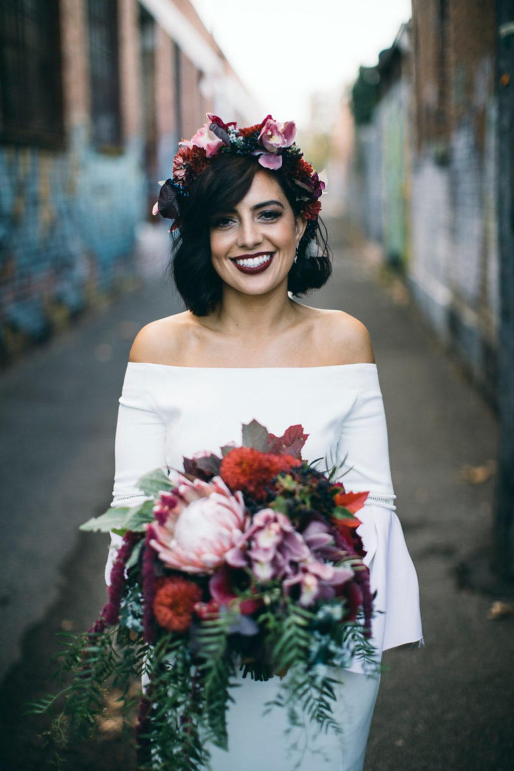 Mái tóc rất đỗi ngọt ngào với những bông hoa cài đầy duyên dáng