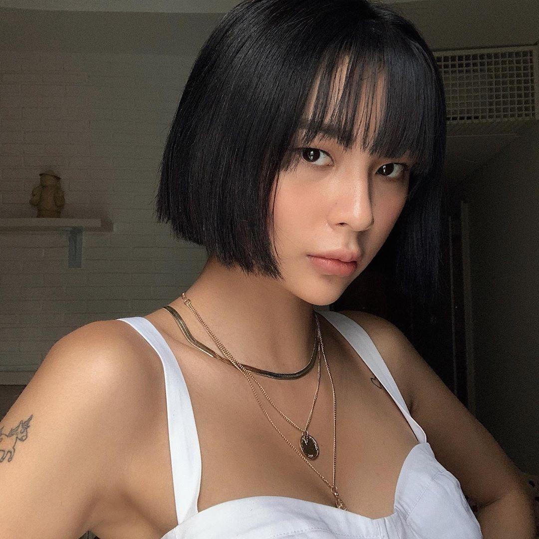 Màu tóc đen giúp cho mái cô nàng trở nên thật cá tính