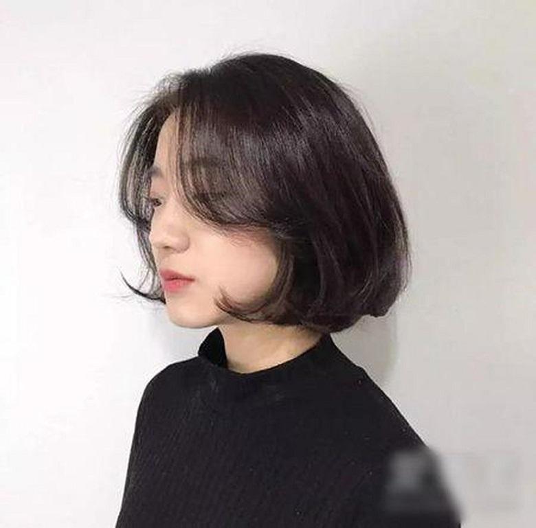 Phần tóc mái ngắn cong vút tạo ra vẻ ngọt ngào, hấp dẫn cho cô nàng tuổi 30