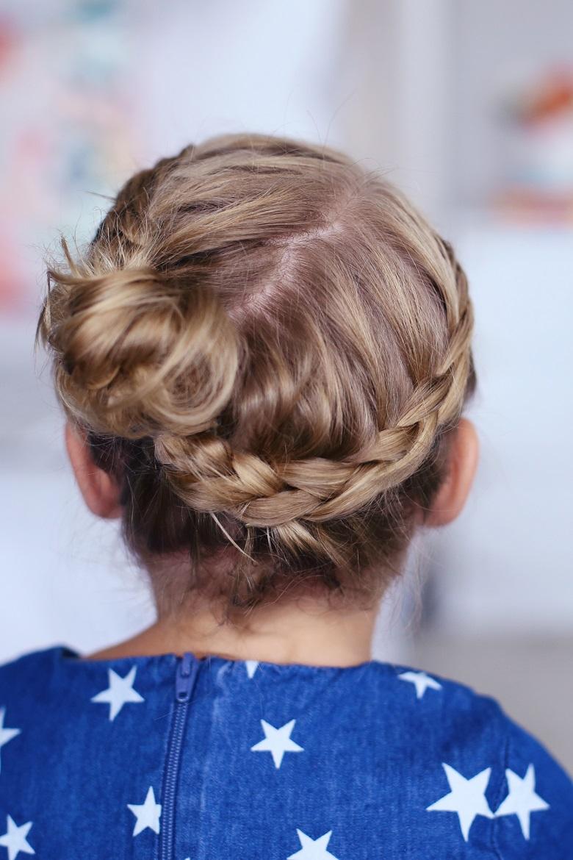 Trông bé tựa như nàng công chúa nhỏ trong kiểu tóc hoa nguyệt quế