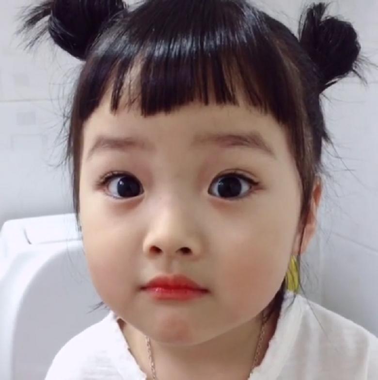 Mẫu tóc cực xinh xắn và phù hợp với các bé có khuôn mặt bầu bĩnh