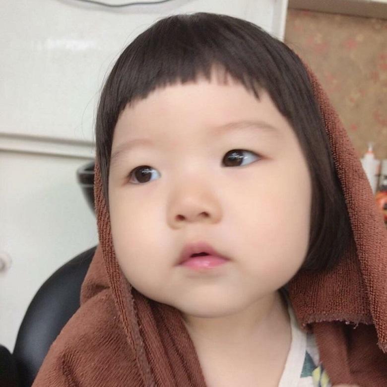 Phần tóc mái ngố rất dễ thực hiện, mẹ có thể tự cắt cho bé tại nhà được