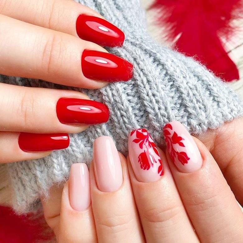 Nail màu đỏ trơn bóng kết hợp với họa tiết hoa tươi ngày tết