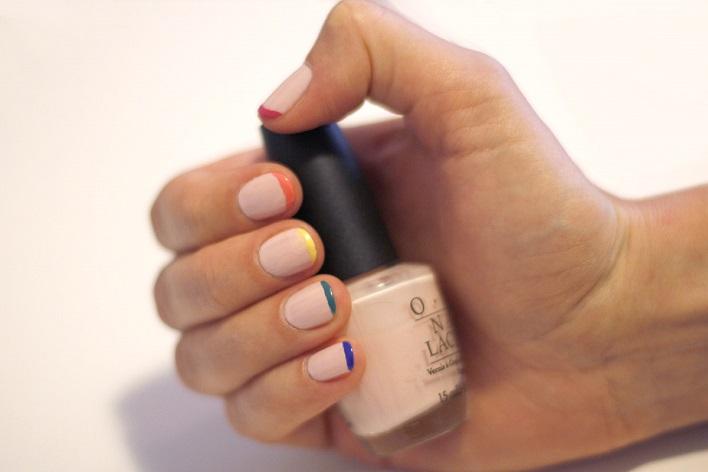 Hoặc kết hợp giữa màu nude và viền móng tay sắc màu cá tính