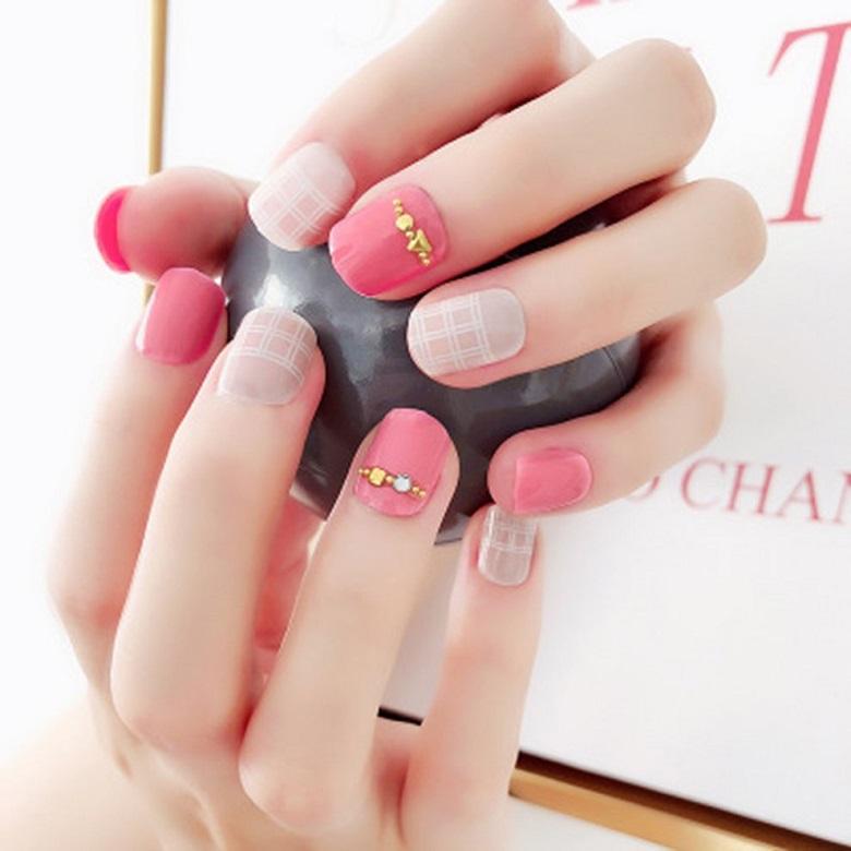 Dễ thương với mẫu nail kẻ sọc mờ base hồng
